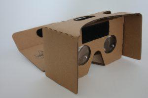 Virtual- und Augented Reality Brille aus Karton, um sich virtuelle Umgebungen anzuschauen
