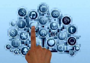 Finger zeigt auf verschiedene Kreise, welche Apps darstellen sollen